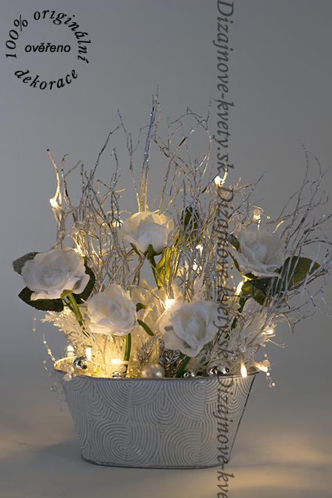 Luxusné zimné dekorácie pre tohtoročné vianoce s bielymi ružami.