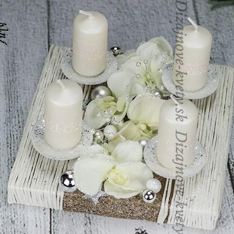 Dizajnový vianočný svietnik s adventnými trblietavými sviečkami bielej farby