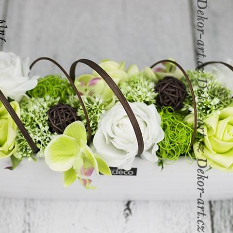 Krásna dekorácia na stôl v bielej keramickej loďke s ružami