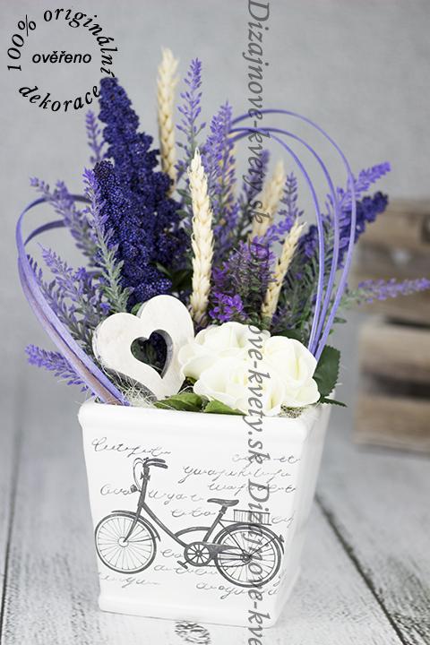 Retro dekorácie s levanduľou v kvetináči provance