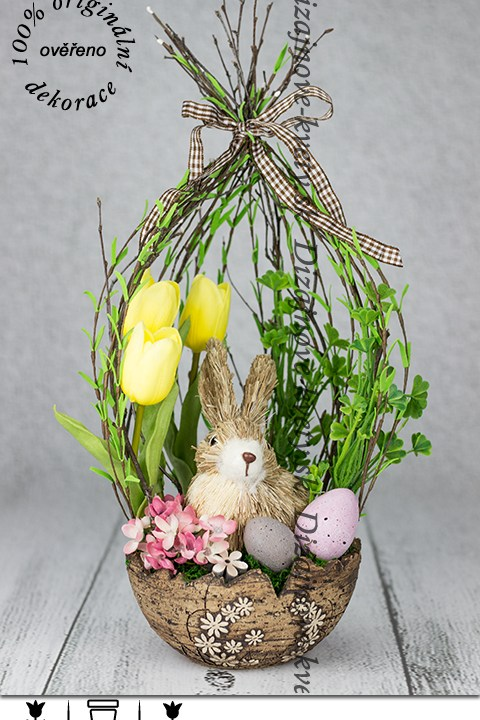 Dizajnová veľkonočná dekorácie s vajíčkami a tulipány