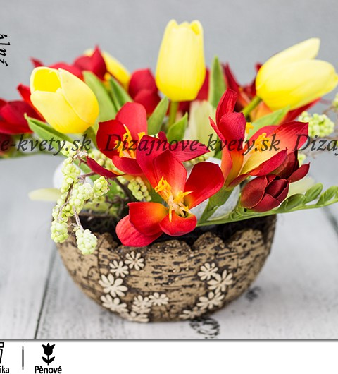 Jarné frézie so žltými tulipány