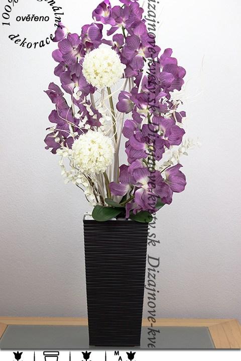 Veľká dekorácie s fialovými kvetmi orchideí