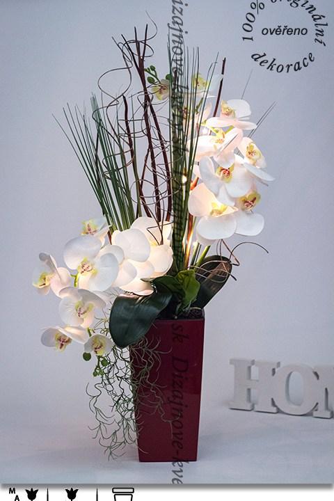 LED osvetlenie, biela orchidea, červený dizajnový kvetináč