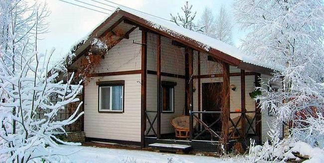 Casa de campo con calefacción en invierno.