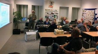17. oktober 2017 – Hadsund Frimærkeklub foredrag med Erik Sørensen, Grenaa han fortæller om sit højt bedømte postkorteksponat om Grenaa By, sådan annonceres foredraget i mødeprogrammet. (Foto: Mikkel Kjerri)