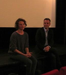 Filmemacherin Laurentia Genske und Moderator Frank Überall vor der Leinwand. Foto: Corinna Blümel
