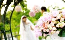 Poročni par z šopkom