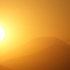 夕陽が富士山の近くに落ちてゆく
