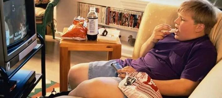 اكل مع مشاهدة تلفاز
