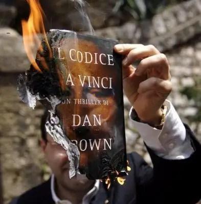 حرق كتب دان براون