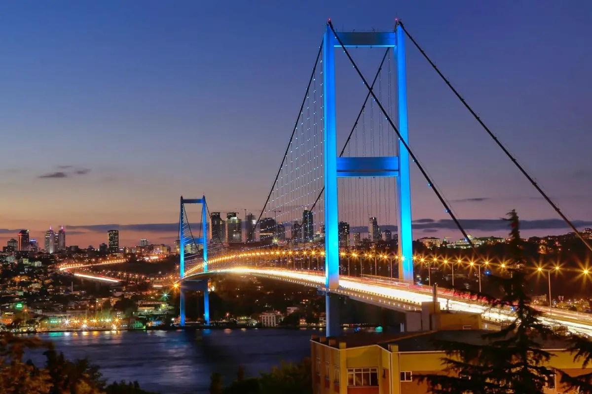 يربط جسر البوسفور بين الشرق والغرب في مدينة اسطنبول.
