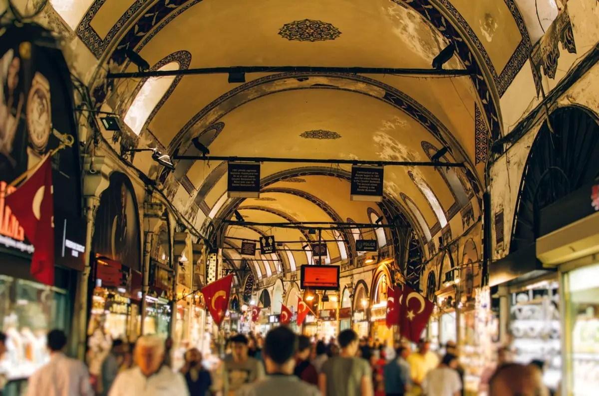 يعد سوق البازار الكبير في اسطنبول واحدًا من أقدم وأكبر الأسواق في العالم.