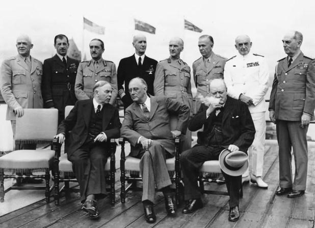 فرانكلين روزفلت في وسط الجالسين وعلى يساره مباشرة وينستن تشيرشل