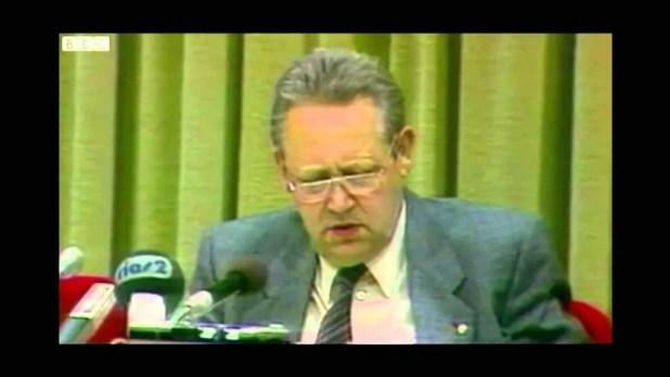 (غونتر شابوفسكي) زعيم الحزب الشيوعي في ألمانيا الشرقية يعقد ندوة صحفية كانت السبب في هدم جدار برلين.