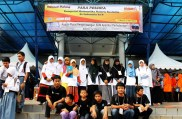 21 Santri PM peserta lomba (berkalung Name Tag) berpose bersama rekan-rekannya di depan tempat KMNR se-Indonesia ke-8 di Parung Jawa Barat