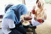 28 Siti nyedot air, Fathimah nyedot angin