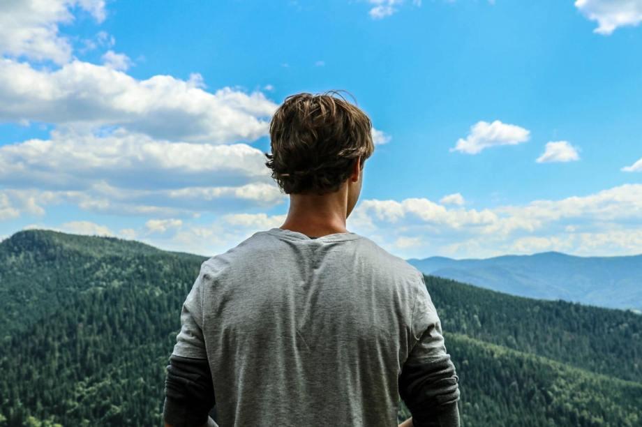 遠くの空を見ている男性