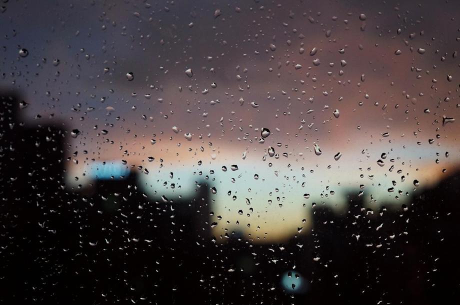 雨が滴る窓