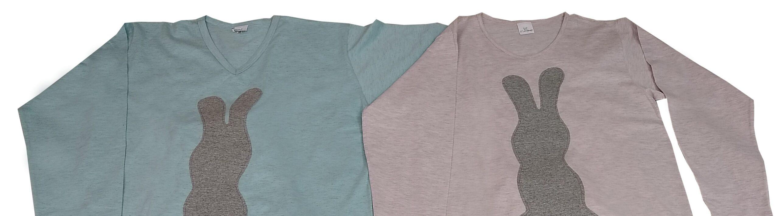 camiseta de pijama azul com aplicação de coelho cinza abraçada com camiseta de pijama rosa igual