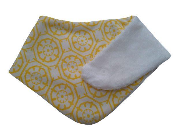 babador bandana estampado geométrico amarelo