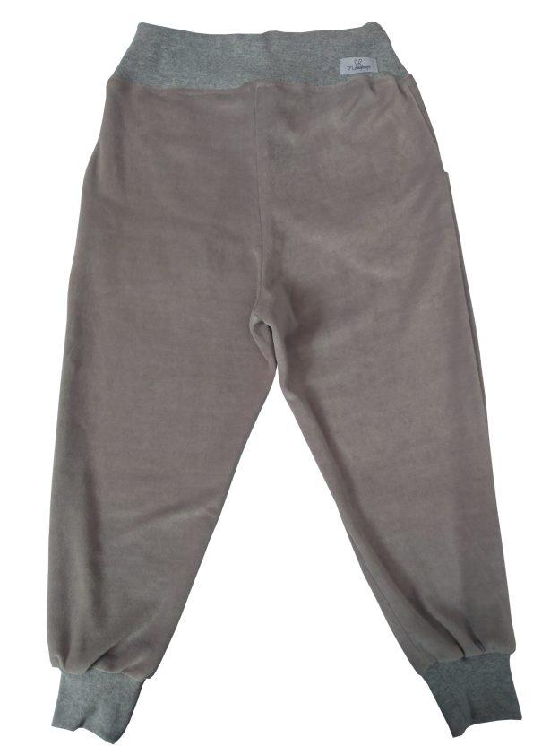 costas de calça infantil em plush cinza, com punho e cordão na cintura para regulagem