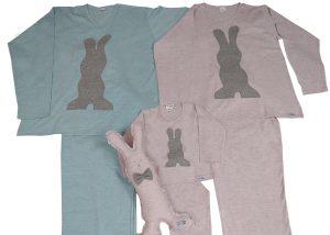 pijama masculino azul mesçla cinza com aplicação em forma de coelho cinza, pijama feminino rosa mescla cinza com aplicação em forma de coelho cinza e naninha em forma de coelho rosa.