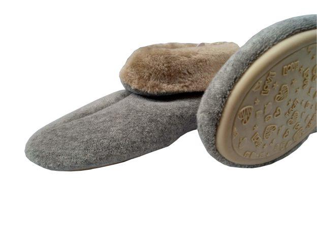 pantufa botinha cinza com cano dobrado e parte interna bege, solado de borracha antiderrapante
