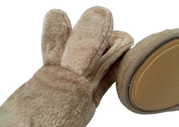 pantufa bege com orelhas de coelho e rabinho pompom. Solado de borracha