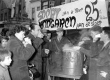 November 1956. 25 cent van elke verkochte kom snert gaven Jan en Roos aan de steunaktie voor Hongaarse vluchtelingen...