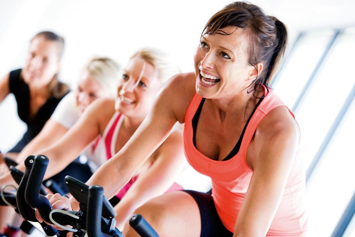 kobieta na rowerze treningowym