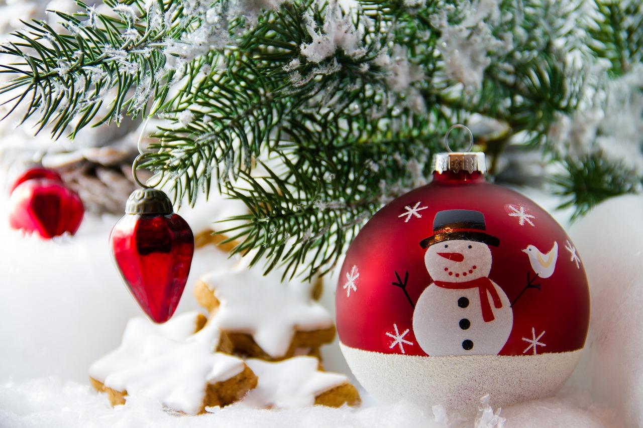 bombka świąteczna pod choinką