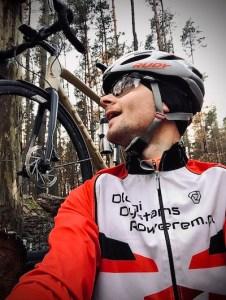 Sebastian wpatrzony w rower