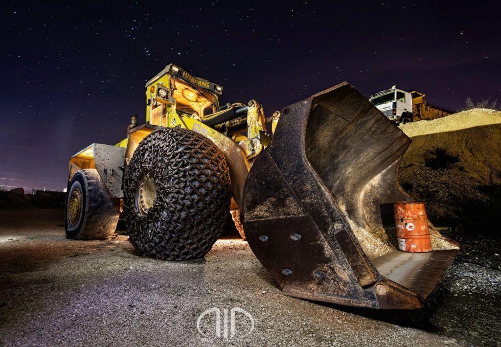 gigante bajo las estrellas excavadora dmd fotografia