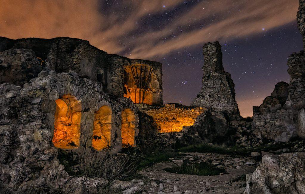 dest Resistencia - foto nocturna en las ruinas de un castillo - DMD Fotografía