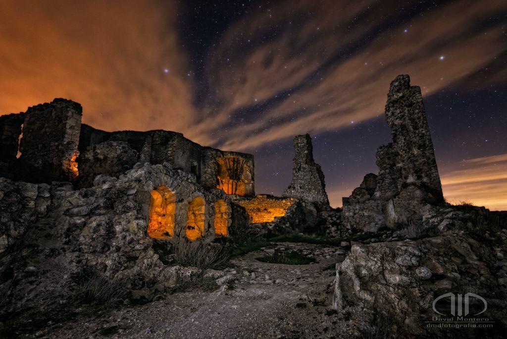 Resistencia - foto nocturna en las ruinas de un castillo - DMD Fotografía