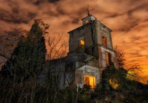 La casa encantada - Fotografía nocturna de una iglesia abandonada en ruinas