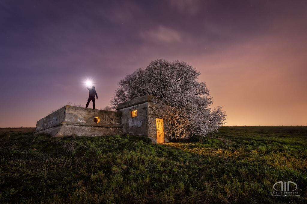 Agro Urbex primaveral foto a una edificación agrícola. Larga exposición nocturna