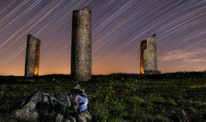 Fotografía de trazas de estrellas circumpolar, ecuador celeste en la ruinas