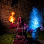 El Mago Rojo. Fotografía de larga exposición nocturna con ligthpainting. Un mago rojo arrodillado con efectos de fuego y hielo