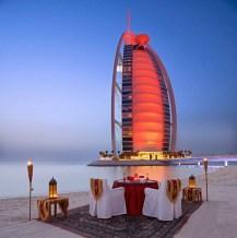 Burj al-Arab adalah sebuah hotel mewah yang ketinggiannya mencapai 321 meter dan memiliki 66 lantai. Bangunan ini berdiri di sebuah pulau buatan yang berada 280 m lepas pantai di Teluk Persia