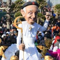 Papa comunista: alegoria polêmica no carnaval italiano.