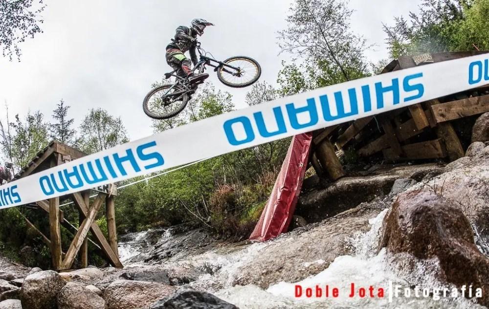 CSI Fotográfico: biker volando sobre el rio