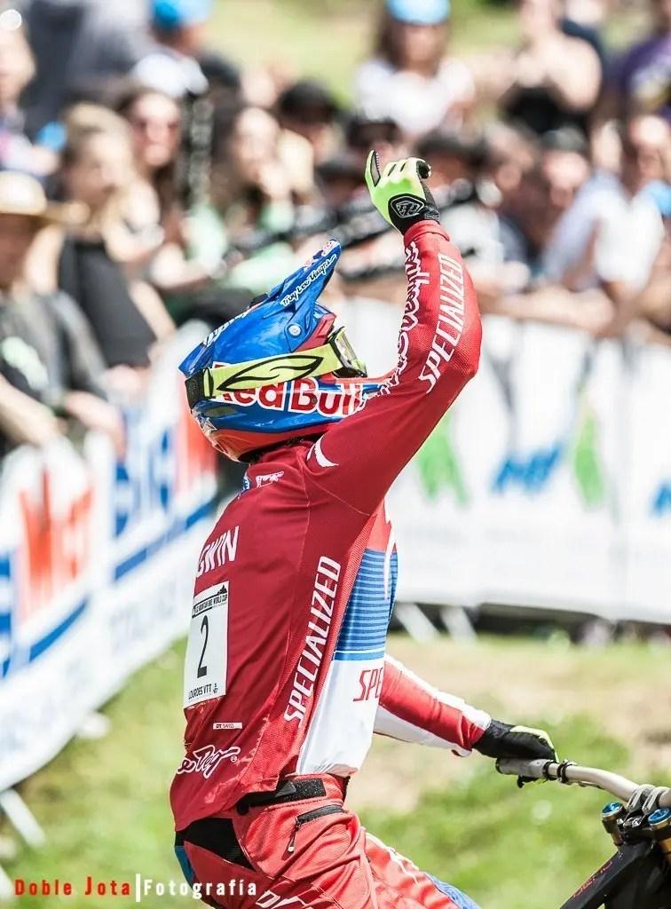 Aaron Gwin celebrando su triunfo