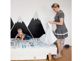 Zabawa dziecka na materacu