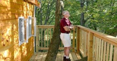 Mężczyzna zbudował niesamowity, 3-pietrowy domek na drzewie, dla swoich wnucząt