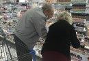 Starszy pan pomaga żonie wybrać idealny podkład