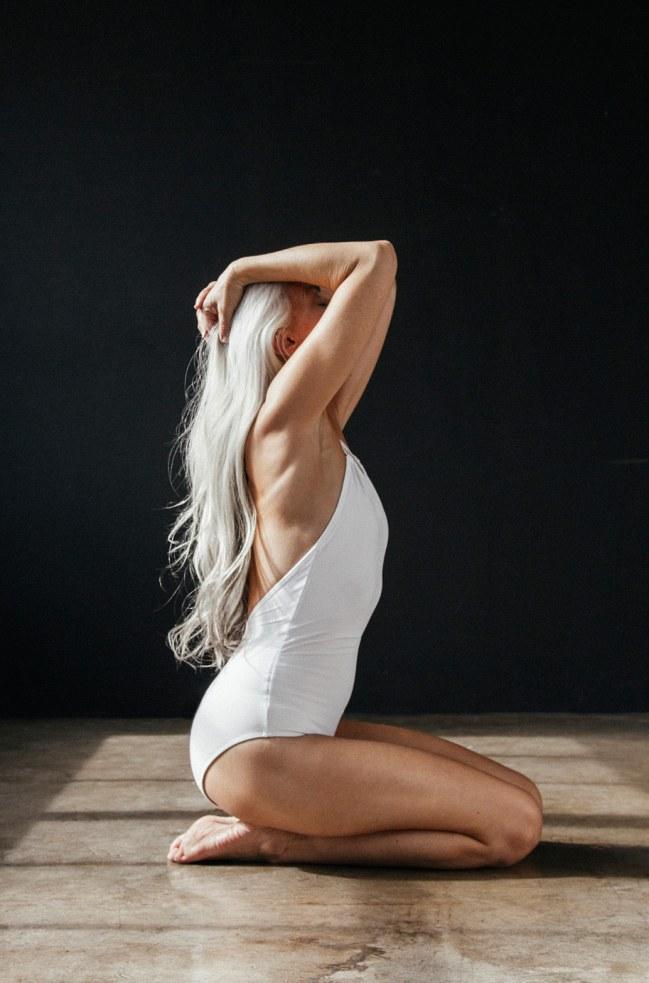 a-60-ans-yasmina-rossi-pose-pour-une-campagne-de-maillots-de-bain-885014_w650