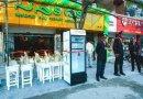 Restauracja wystawia lodówkę przed swój lokal, aby stali klienci mogli zostawiać jedzenie dla potrzebujących