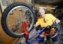 Emeryt odnawia stare rowery i ofiarowuje je dzieciom w potrzebie